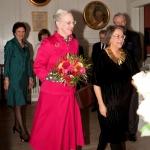 HM Dronning Margrethe ankommer til Dansk-Svensk Kulturfonds prisoverrækkelse flankeret af Catharina Collet
