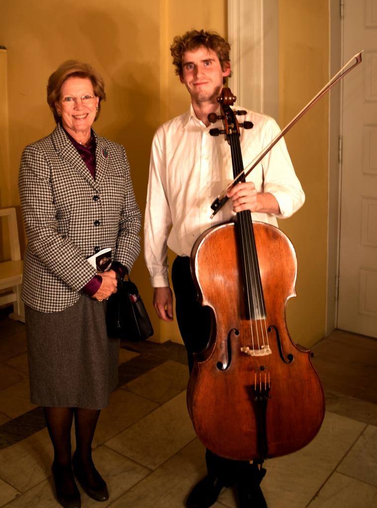 HM Dronning Anne-Marie og cellist Andreas Brantelid ved koncerten i Christiansborg Slotskirke.